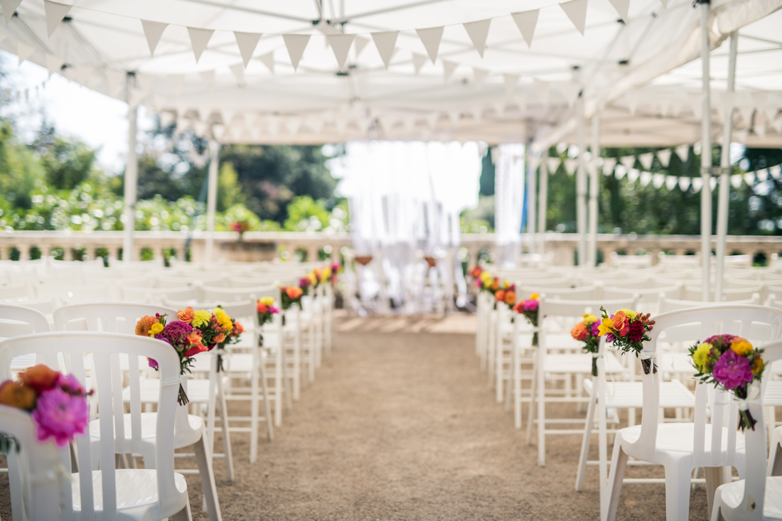 installation des chaise pour une cérémonie laïque d'un mariage