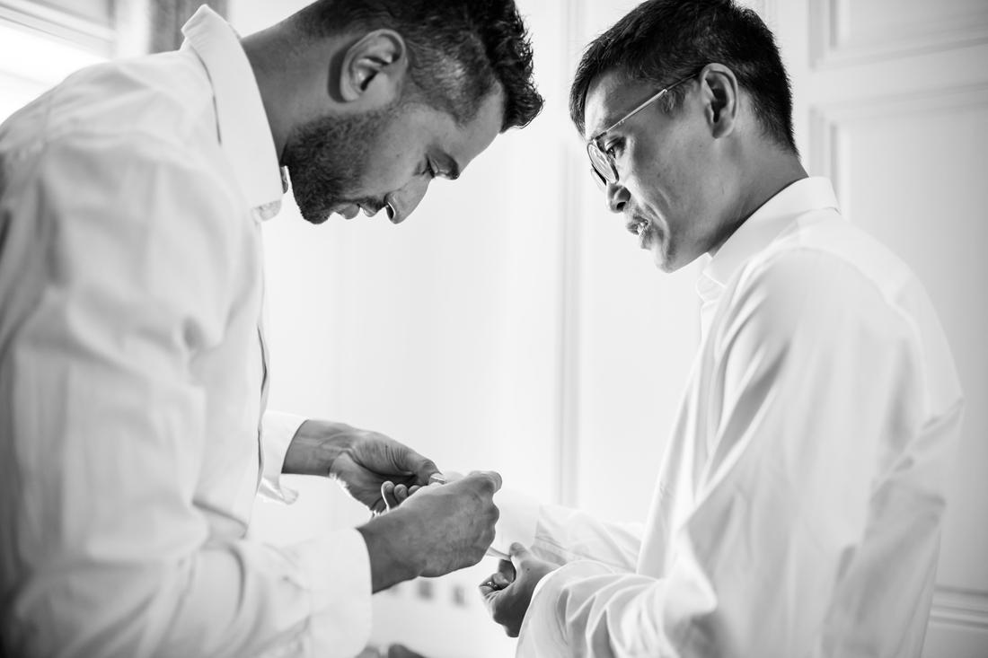 habillage du marié les boutons de manchette en noir et blanc