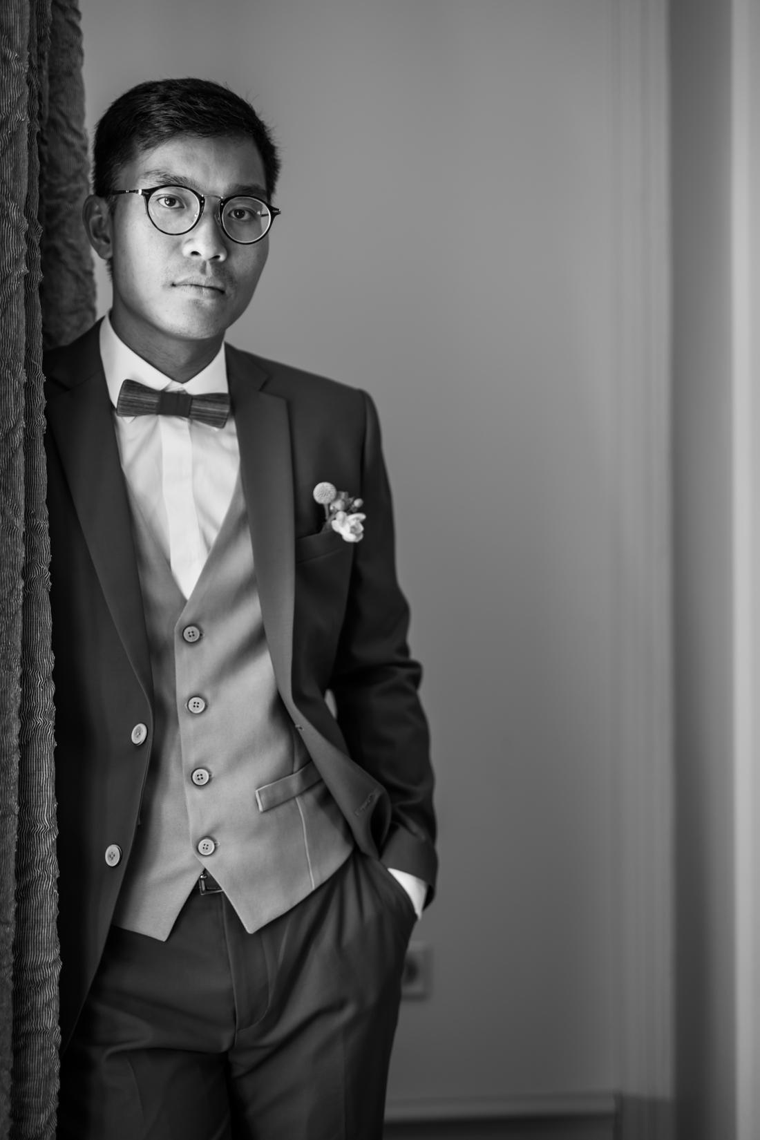 photographie d'un marié en noir et blanc