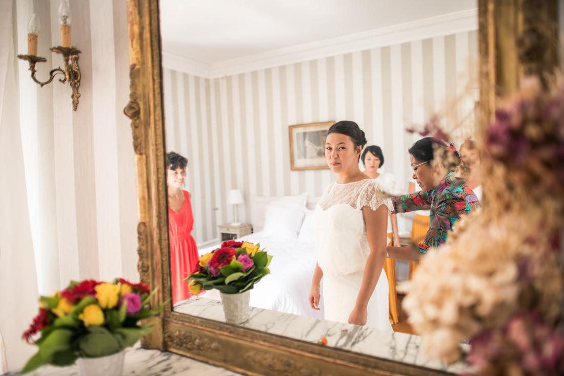 la mariée se regarde dans un mirroir