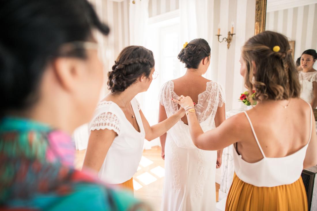 habillage de la mariée par les demoiselles d'honneur