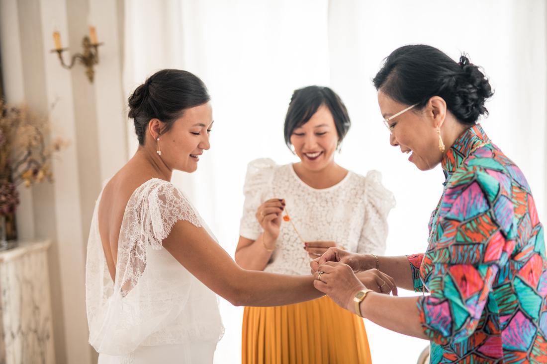 habillage de la mariée avec sa famille