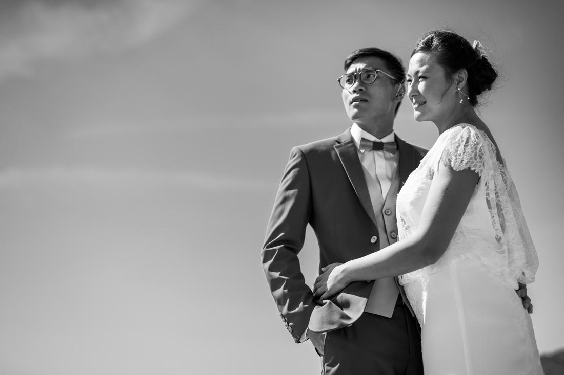 Photo de couple de mariés en noir et blanc