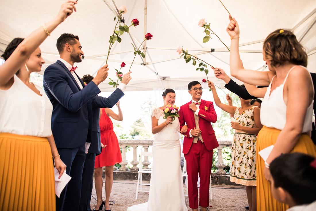 entrée de mariés pendant une cérémonie laïque avec des roses