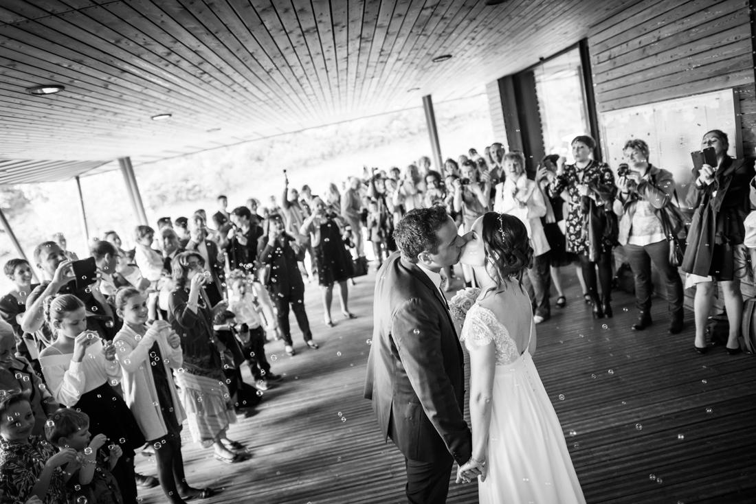 baiser des mariés à la sortie de la mairie en noir et blanc