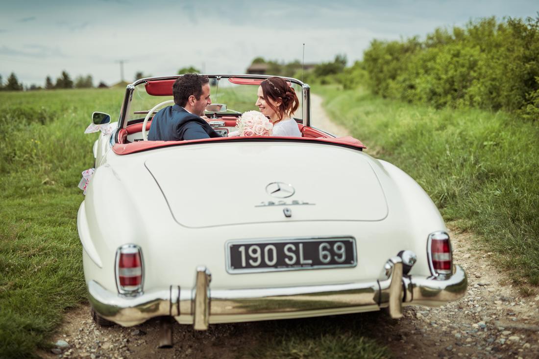 SL 190 mercedes avec des mariés
